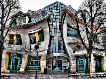 Casa storta - Fu costruito a Sopot in ul. Bohaterów Monte Cassino 53 secondo il progetto degli architetti Szotyń