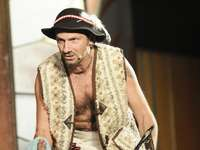 Robert Korólczyk - Robert Korólczyk to współtwórca Kabaretu Młodych Panów. Wcześniej związany był z kabaretem