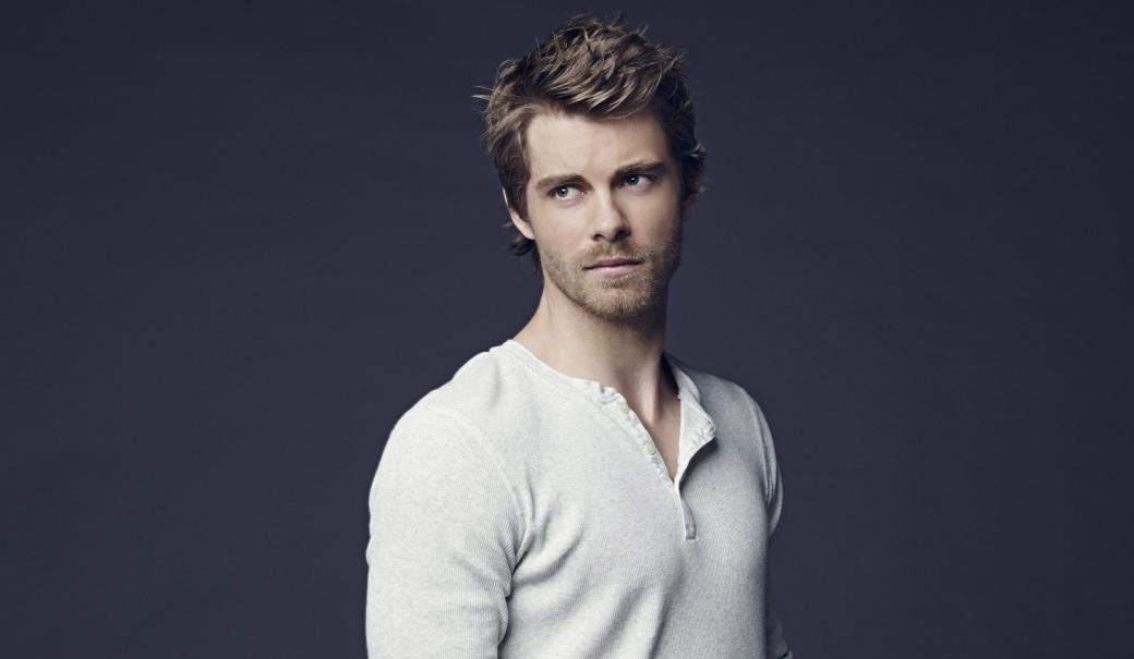 Luke Mitchell - Mitchell was born on April 17, 1985 and grew up on the Gold Coast. His parents divorced later and bo