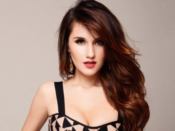 Dulce María - Meksykańska piosenkarka, autorka tekstów i aktorka. Należała do zespołu RBD, który w 2009 zako