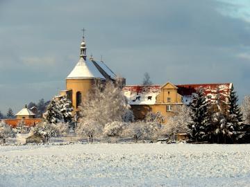 Monasterio de Ostrzeszów - La iglesia post-Bernardine con el monasterio, erigida en una colina en el siglo 17, que reina con or