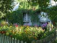 gammalt hus i trädgården