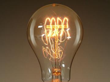 bombilla - Bombilla, lámpara incandescente: una fuente de luz eléctrica en la que el cuerpo es un flujo de fi