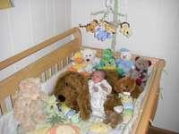kleines Baby in der Krippe - mały dzidzius w łóżeczku