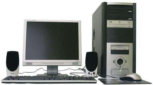 parti del computer - Computer. Dziecko układa z puzzli model komputera. Układanie modelu komputera (5×3)