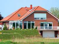 Ogromna willa - Duży dom nad stawem