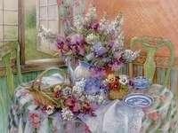 wazon z kwiatami na stole