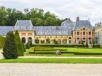 Duża budowla - Piękny pałac z ogrodem