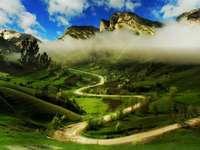 hegyek, köd, kanyargós út