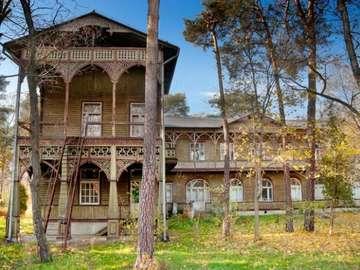 Un grande edificio - Drewniany stary dom