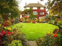 trädgård och gräsmatta framför huset