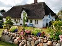 къдрава къща, градина, пейка
