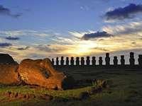 Easter Island - Główną atrakcją Wyspy Wielkanocnej przyciągającą najwięcej turystów, są słynne posągi mo