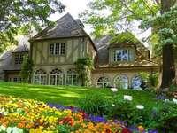 kasteel in het park, bloemen, bomen - kasteel in het park, bloemen, bomen