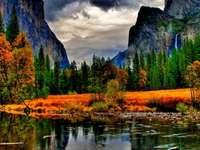 Podzimní krajina - Jezero, hory, stromy.