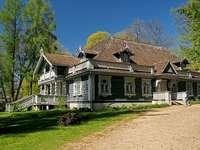 Hermosa bialowieza - zabytkowy budynek w białowieskim parku