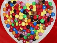 candy - Heart of flares. Ułóż cukierki kolorowe. Na talerzu serce drażerek.