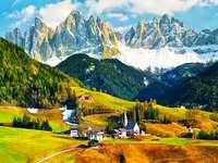 un sat printre Dolomiții din Italia