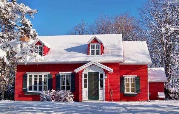 Víkendház téli táj - Egy kicsi, piros ház télen (10×10)