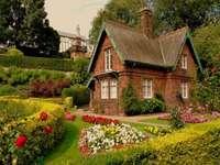 casa in giardino, alberi