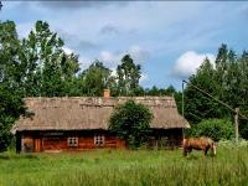 Polska landsbygdens landskap - Gammalt lantligt hus, brunn och häst vid brunnen ...