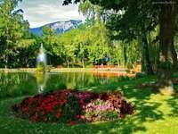 Beautiful landscapes - Park a hegyek lábánál egy tó és szökőkút