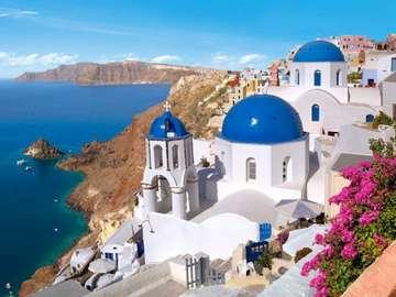 Santorini Grecja - Jedną z nich jest wulkaniczna wysepka Santorini, która na powierzchni jedynie 76 km kw. zachwyca k