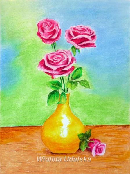 Trandafiri într-o vază - Trei flori. Buchet de trandafiri roz într-o vază. Pe masă într-o vază de flori (10×6)