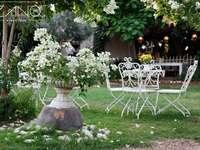 mesekert - pihenjen, kávét inni a kertben