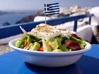 Insalata greca - talerz, sałatka, flaga, ser