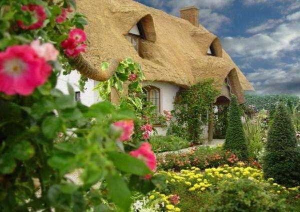 På den engelska landsbygden - Gammalt engelskt hus bland blommor (5×10)