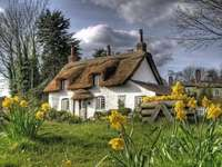 В английската провинция - Стара английска къща сред цветя
