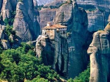 épületek a hegyekben - meteora_ Görögország hegységében