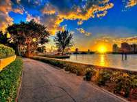 zonsondergang op de rivier - stad, rivier, park, bomen