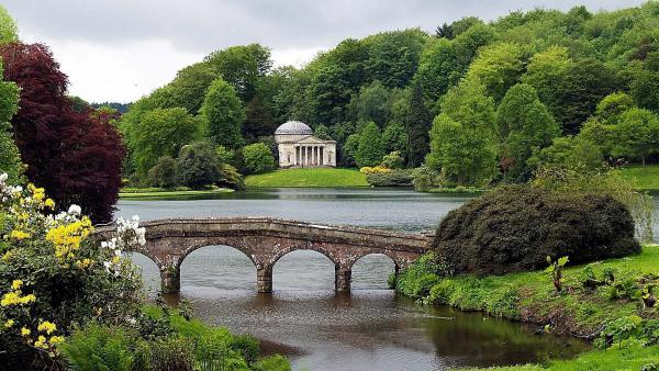 De beaux paysages - En bro och ett vackert lusthus bland grönska (5×8)