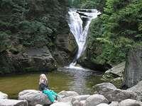 meisje en waterval