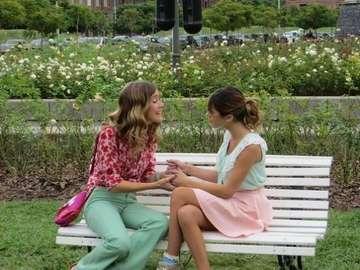 Violetta și Angie - Angie Carrara este mătușa Violetta și singura persoană de acasă care o înțelege și o susțin