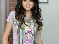 Selena Gomez - Selena Marie Gomez – amerykańska aktorka i piosenkarka, która zasłynęła rolą Alex Russo w wy