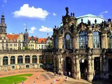 Dresda Zwinger - budynki rzeźby, figury, ludzie, trawnik