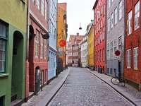 calle de copenhague - domy, kolorowe, okna, drzwi, znaki