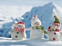 três bonecos de neve