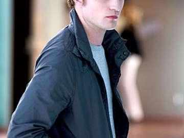 Edward Cullen - Edward jest opisana w książce jako uroczy, grzeczny, określona i bardzo uparta. Jest bardzo opiek