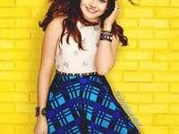 Luna Valente - Luna Valente - Huvudpersonen i serien, en student på den prestigefyllda Blake South Collage-skolan