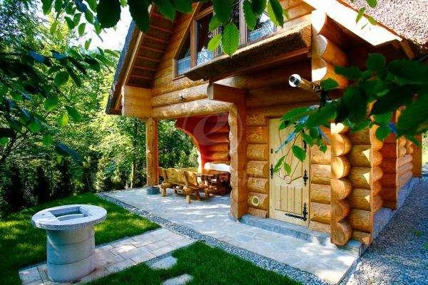 ξύλινο σπίτι σε έναν κήπο online παζλ