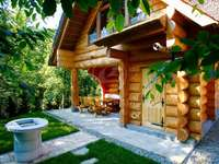 дървена дървена къща в градина
