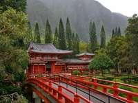 Edificio giapponese tra le mon