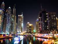 Dubai éjjel - Az Egyesült Arab Emírségeket az Arab-félszigeten alkotó hét emirátus egyike. Dubai Abu Dhabi