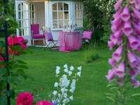 Un gazebo in giardino - Pergolato in giardino, fiori, tavolo