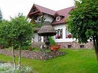 Een huis met een stenen muur