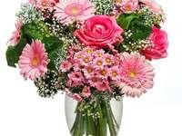 Színes virágok vázában